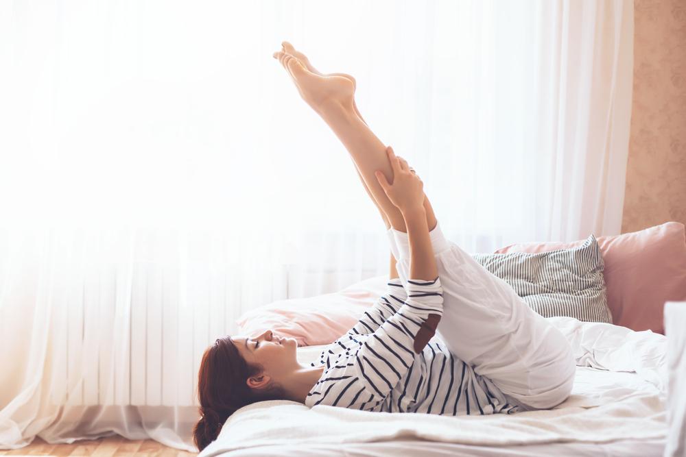 脚を伸ばす女性
