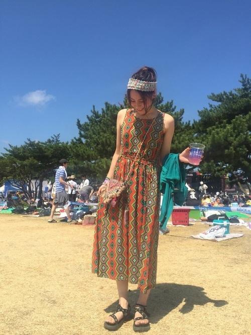 エスニック柄ワンピを使ったロッキンの服装