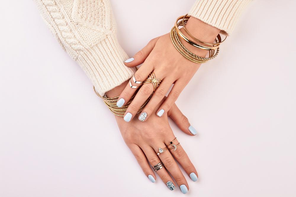 指輪をつけた女性