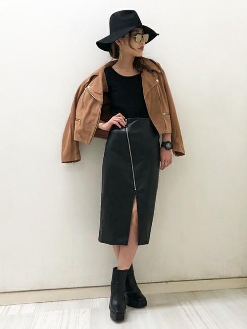 レザージャケットとレザースカート