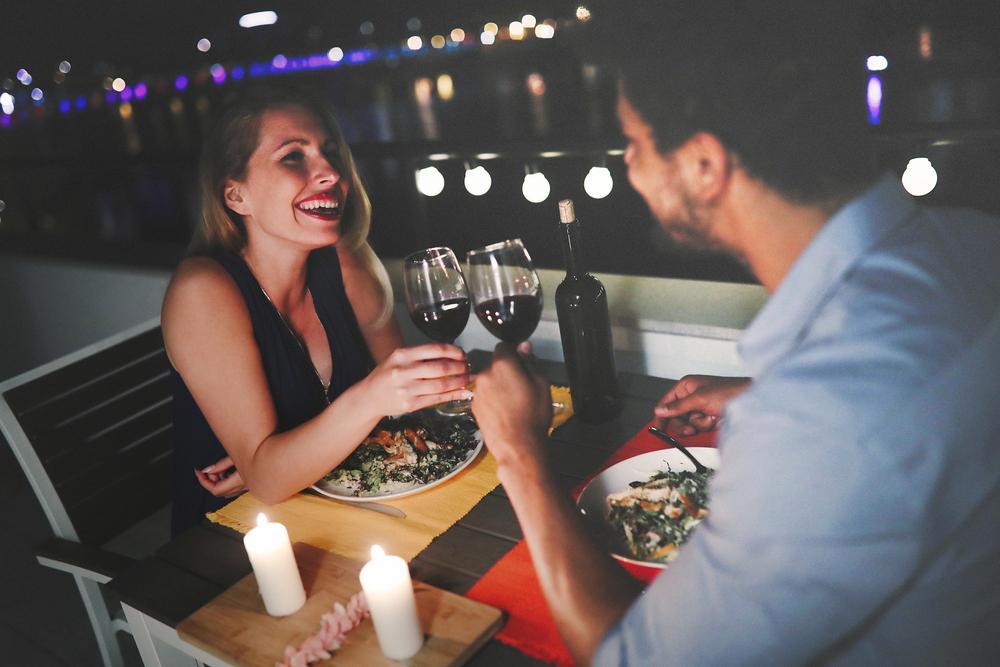 平日の夜デートをしているカップル