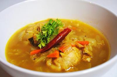 栄養たっぷりヘルシーカレーで夏を乗り切ろう!残り野菜で簡単おいしい♪鶏手羽元と野菜のスープカレーのレシピ