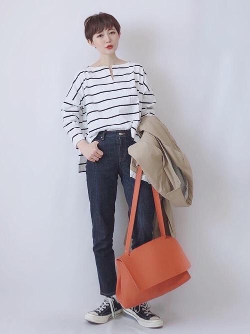 ボーダートップス×オレンジのバッグ
