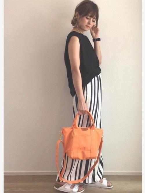 モノトーンコーデ×オレンジのバッグ