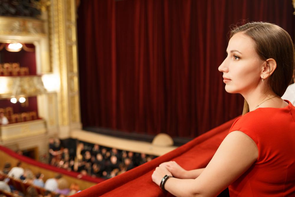観劇中の女性