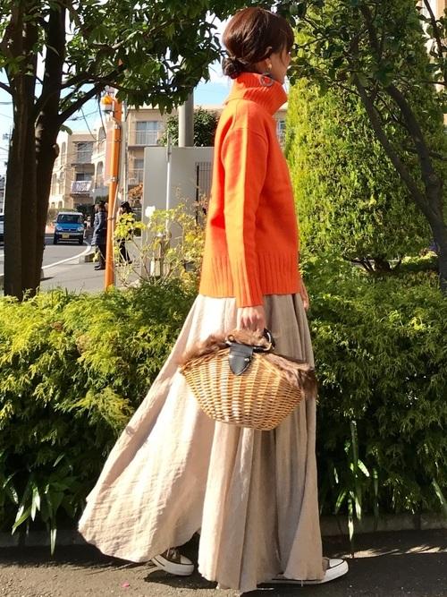 オレンジのタートルネック×ベージュスカート