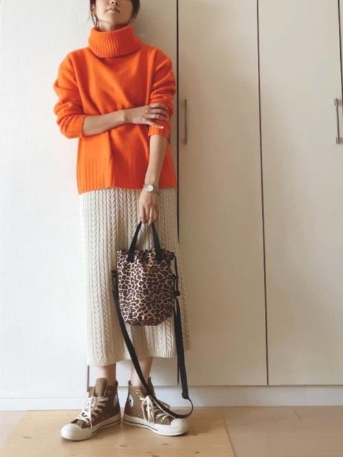 オレンジのタートルネック×ケーブルニットスカート