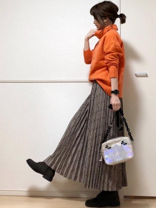 オレンジのタートルネック×プリーツスカート