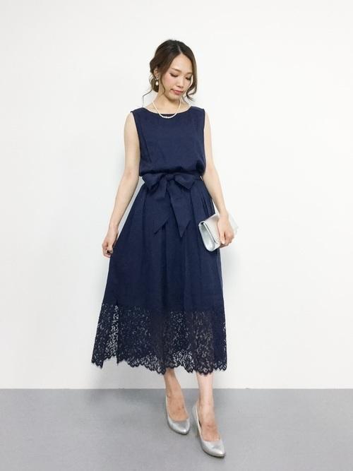 ネイビードレスを使った創立記念パーティーの服装