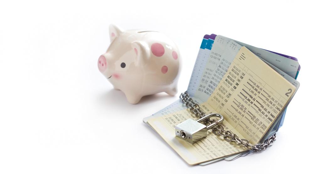 通帳と貯金箱