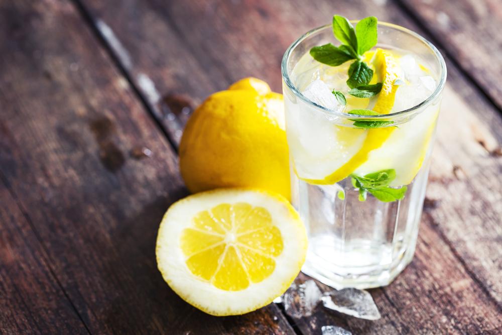 ハーブの入ったレモン水