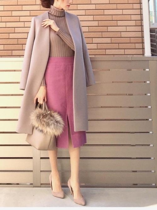 ピンクスカートのオフィスコーデ