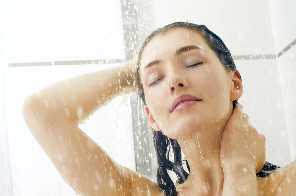 日焼けした後にお風呂に入っている女性