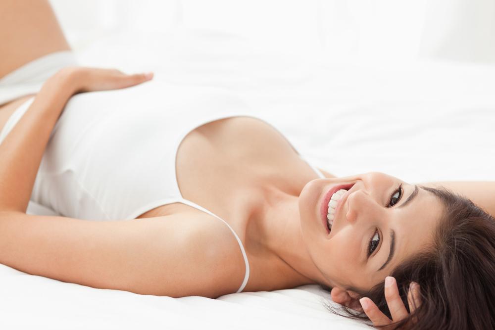 仰向けに寝る女性