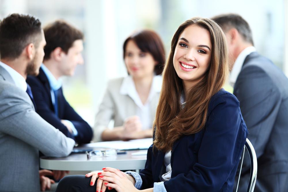 職場で会議中の男女