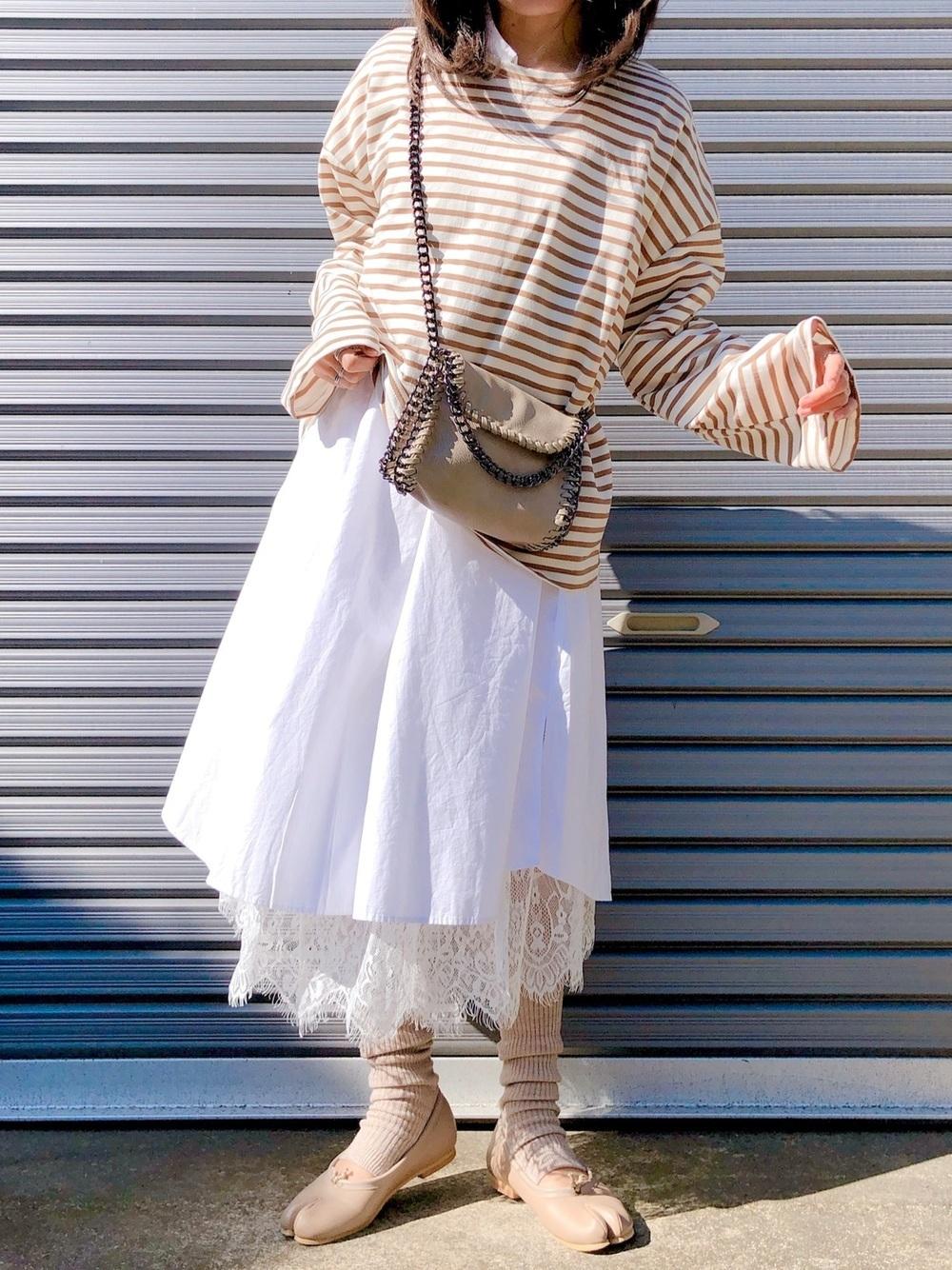 白スカートにベージュタイツ