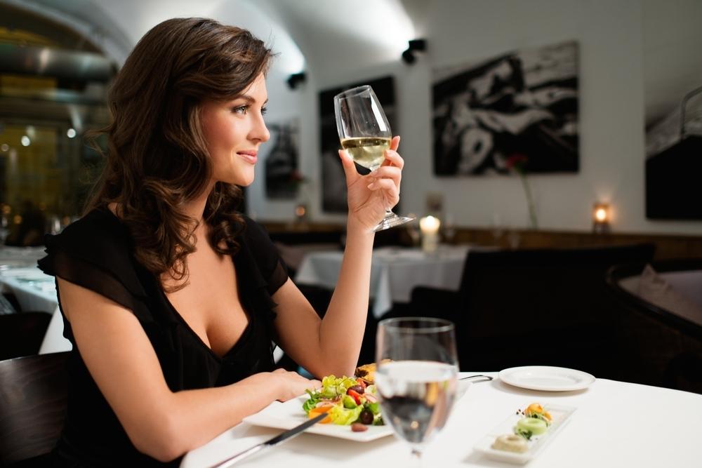 ディナーをしている女性