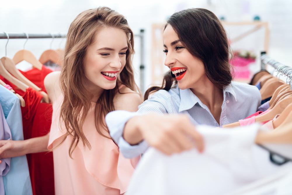 ショッピングしている女性達