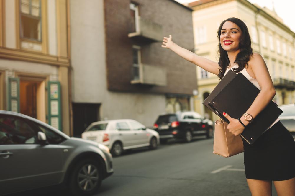 タクシーを止めている女性