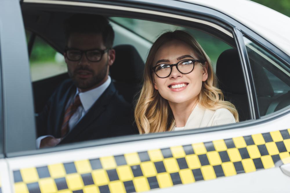 マナーを守ってタクシーに乗っている女性