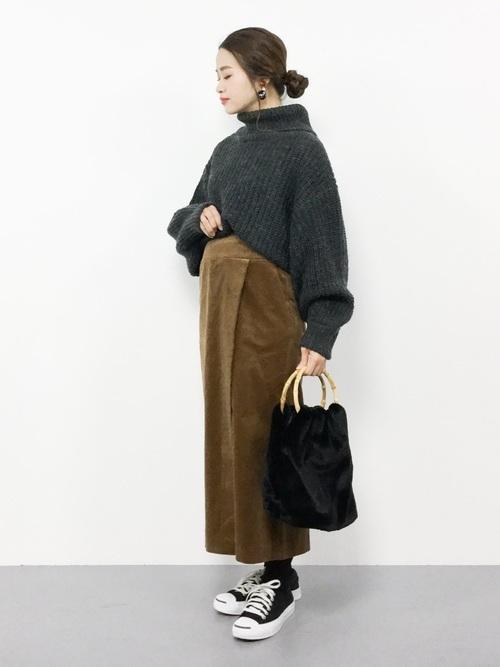 チャコールグレーにブラウンスカート
