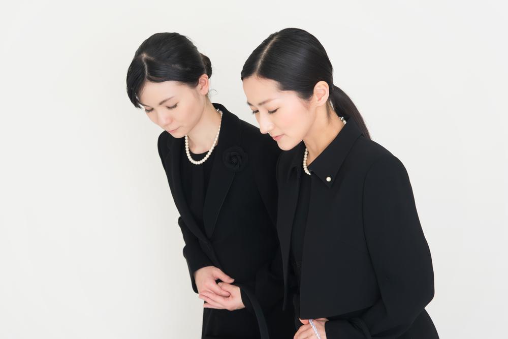 葬儀に参列する女性