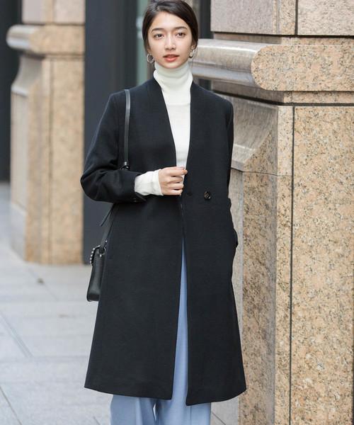 黒のノーカラーコート