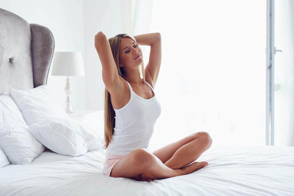 ベッドの上に座る女性