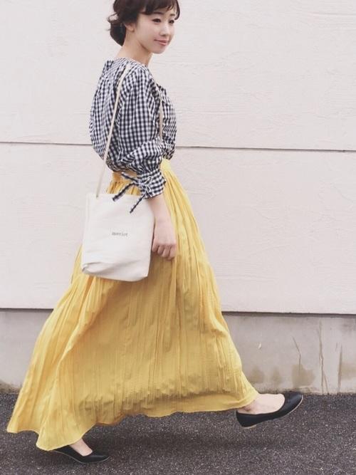 スカートと合わせたギンガムチェックシャツコーデ