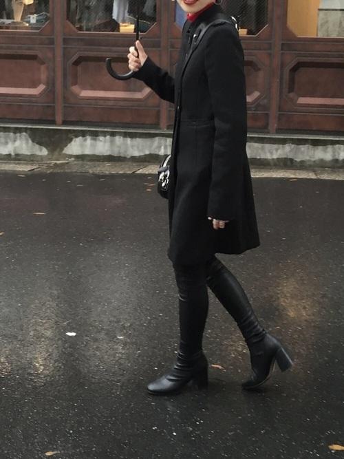 黒コートを使ったパースの服装