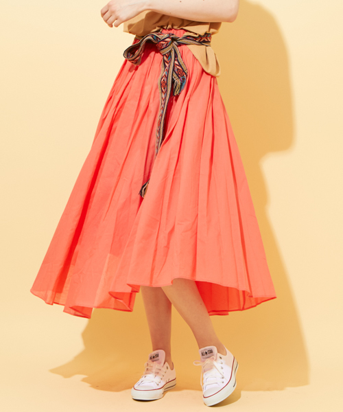 オレンジスカートとスニーカー