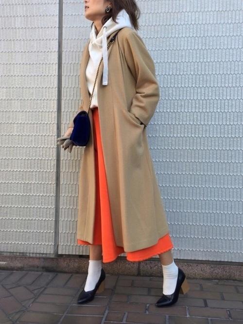 ロングコート×オレンジスカート