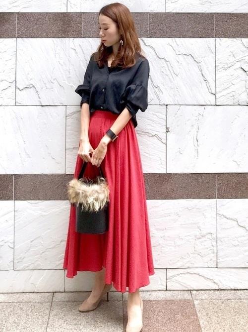 黒トップス×オレンジスカート