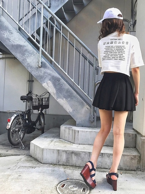 Tシャツ×黒キュロットコーデ