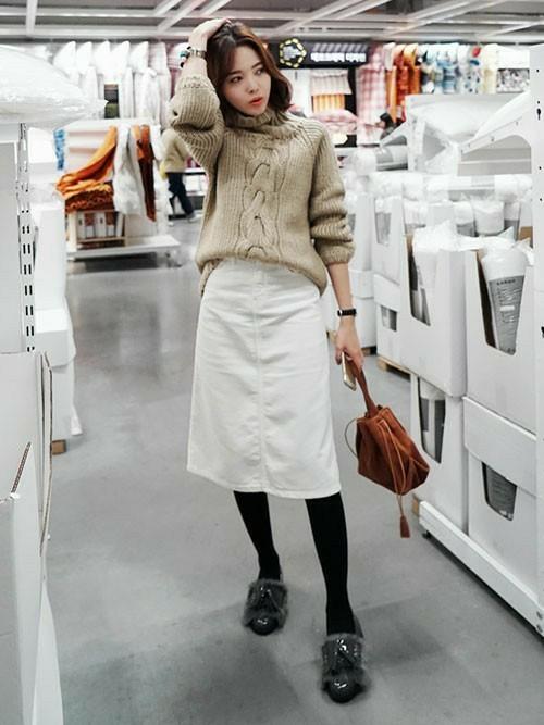 白のAラインスカートとニットコーデ