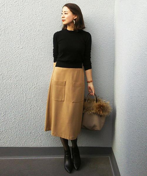 黒トップスとAラインスカート