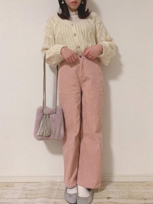 ピンクのコーデュロイパンツコーデ