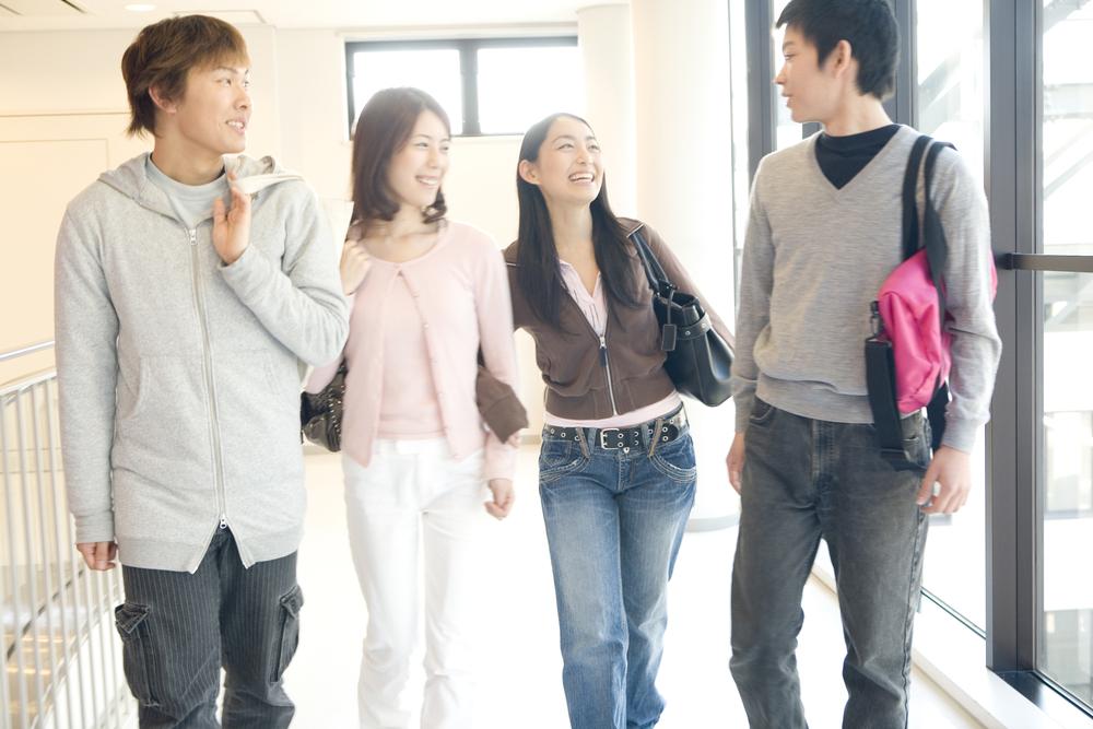 大学の構内を歩く大学生