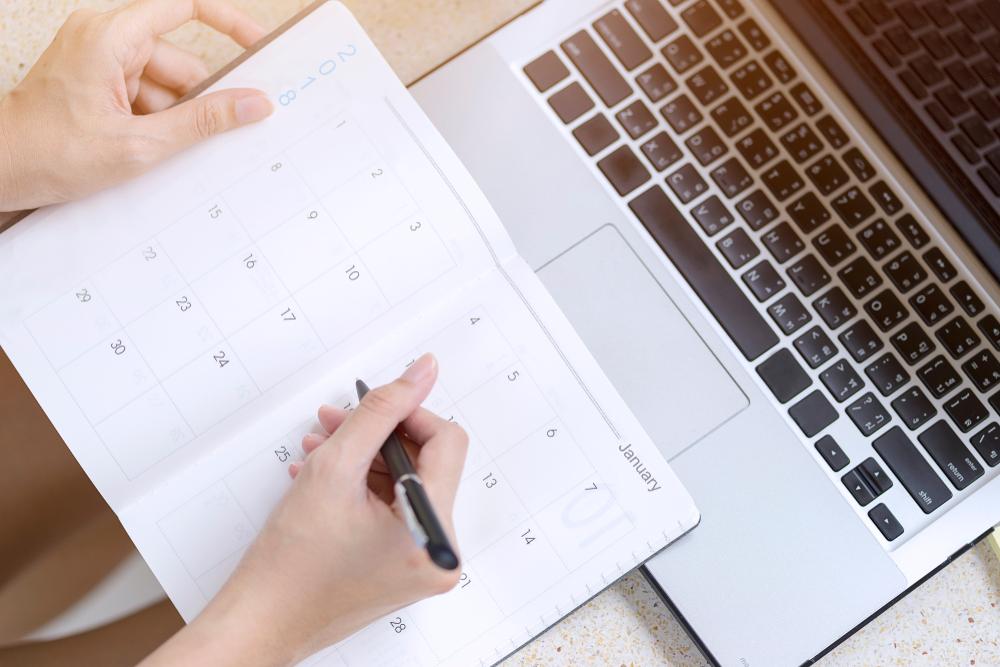 スケジュール帳とパソコン