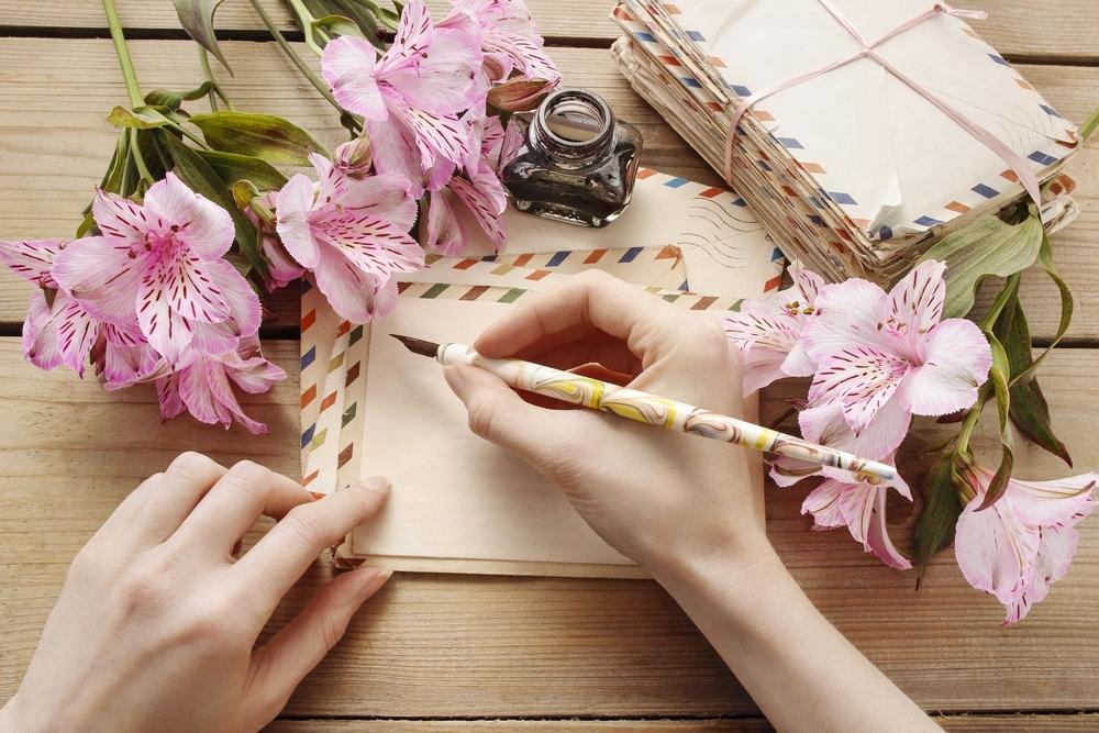 手紙を書く女性の手