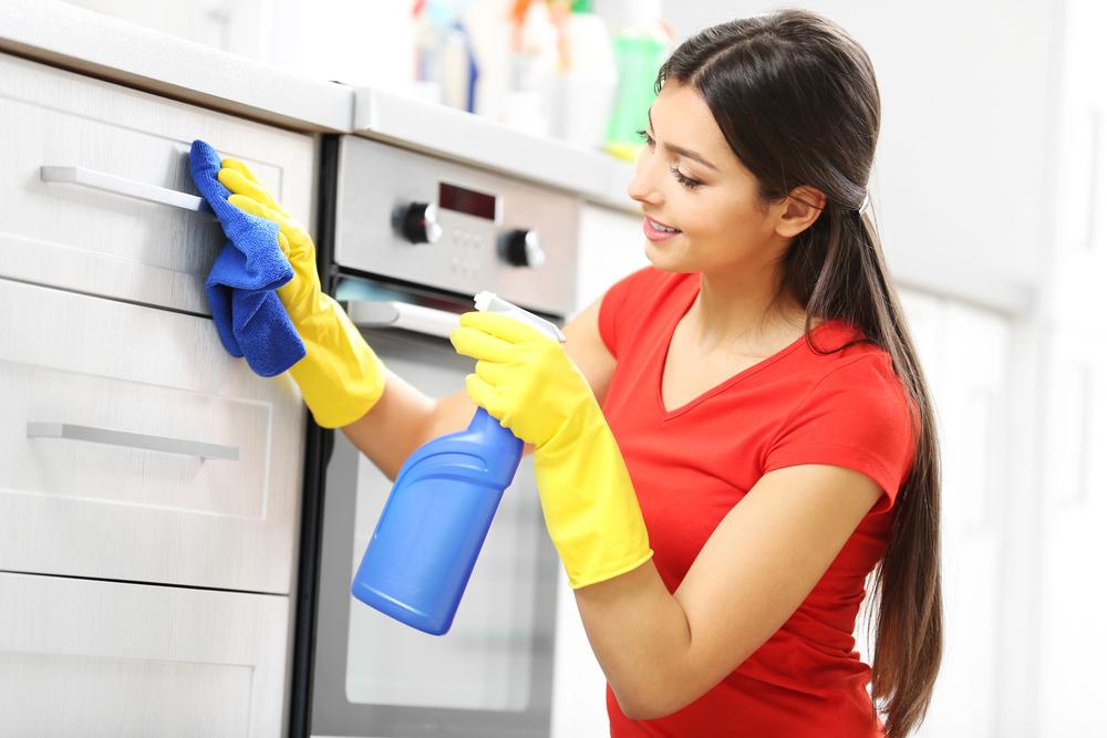 エタノールでキッチンを掃除している女性