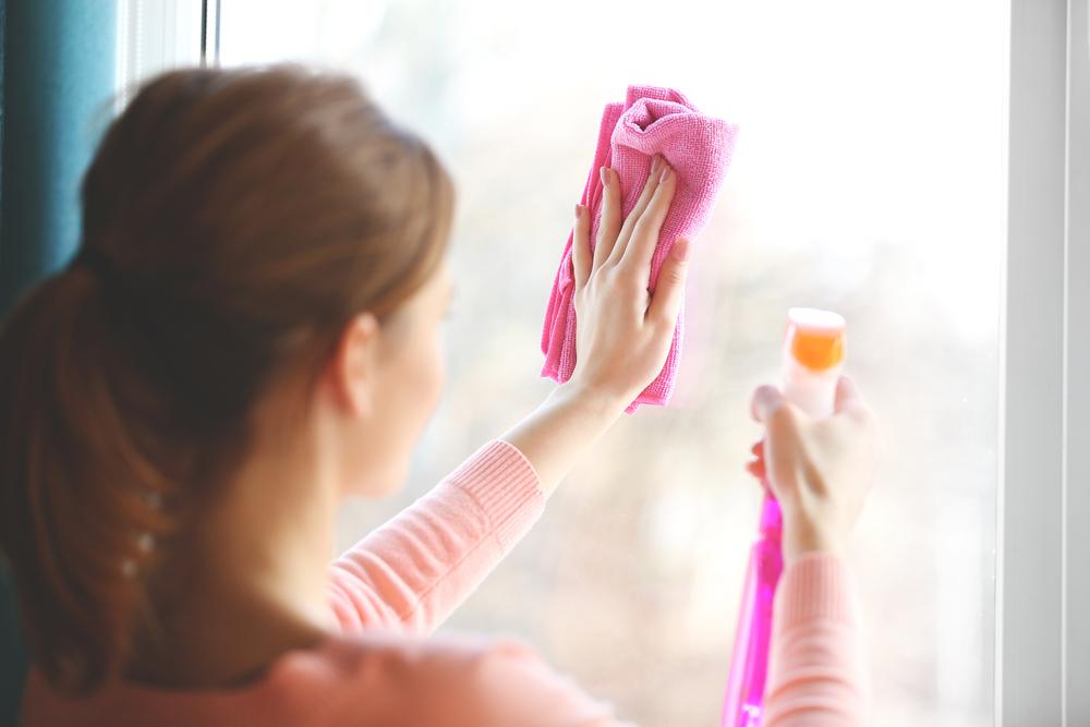 エタノールで窓掃除をしている女性