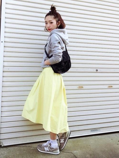 スカートとパーカーのコーデ