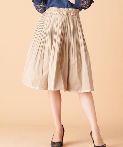 タフタ素材のスカート