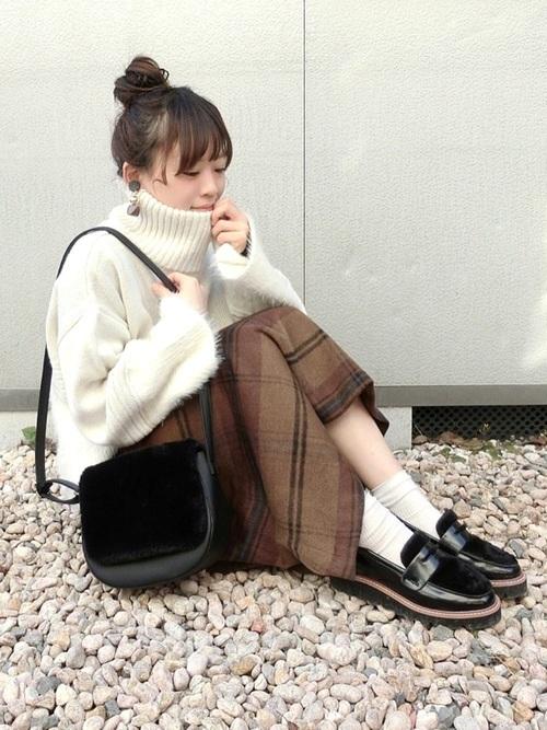 白ニット×茶色スカート