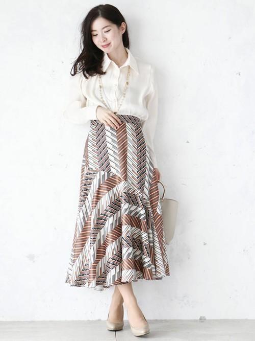 茶系のミモレ丈柄スカート
