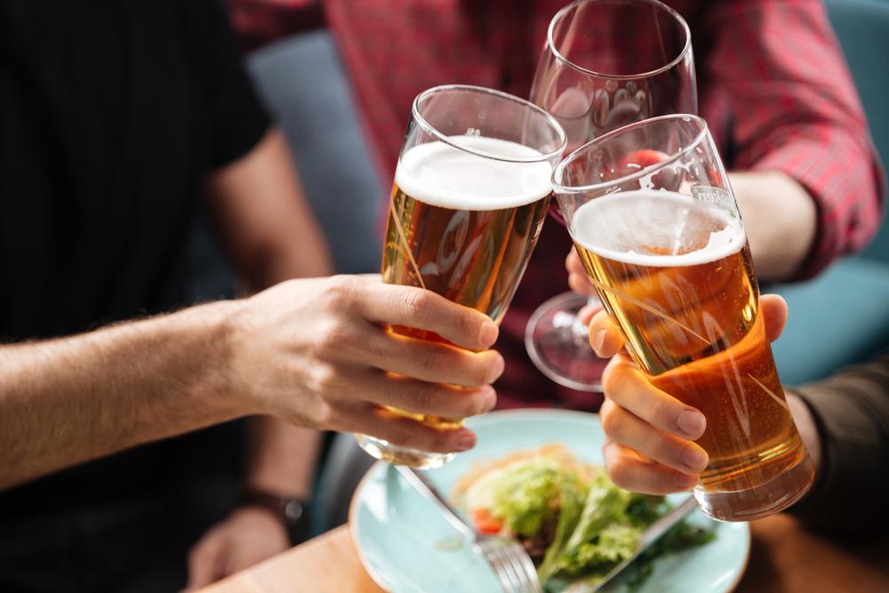 ビールを飲んでいる男女