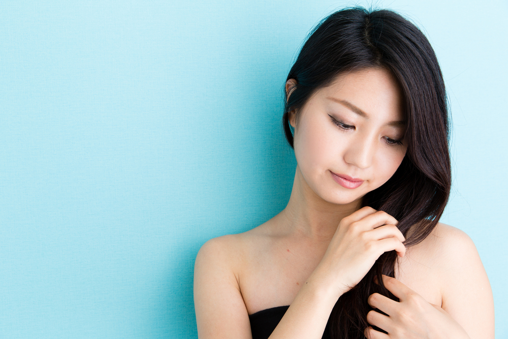 髪を触っている女性の写真
