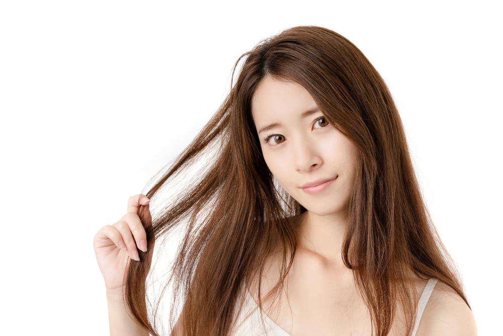 髪の毛を触る女性の写真