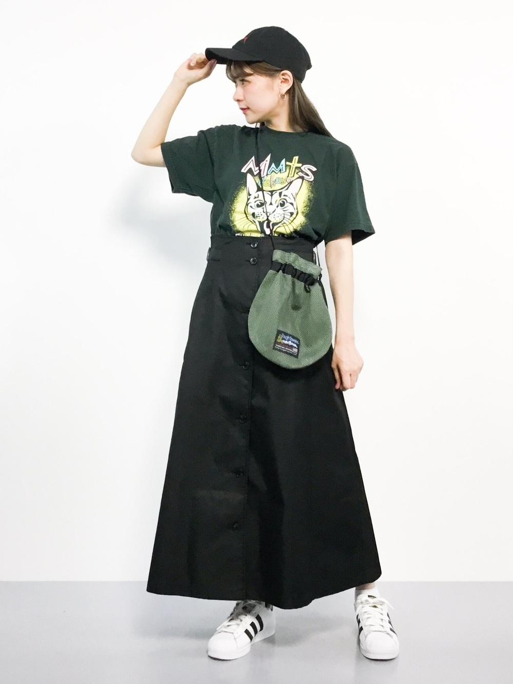 カーキロックTと黒スカート